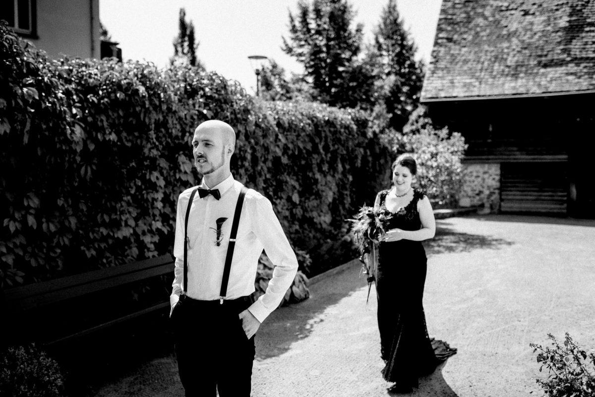 Brautpaar, Brautkleid, schwarzweiß, Brautstrauß, Hosenträger, Fliege, Hochzeit
