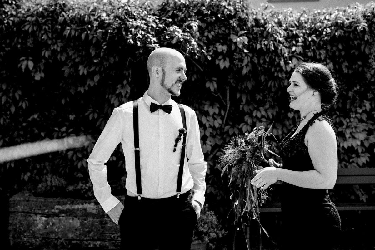 Brautpaar, Hochzeit, Mann, Frau, Hosenträger, Brautstrauß, Lachen