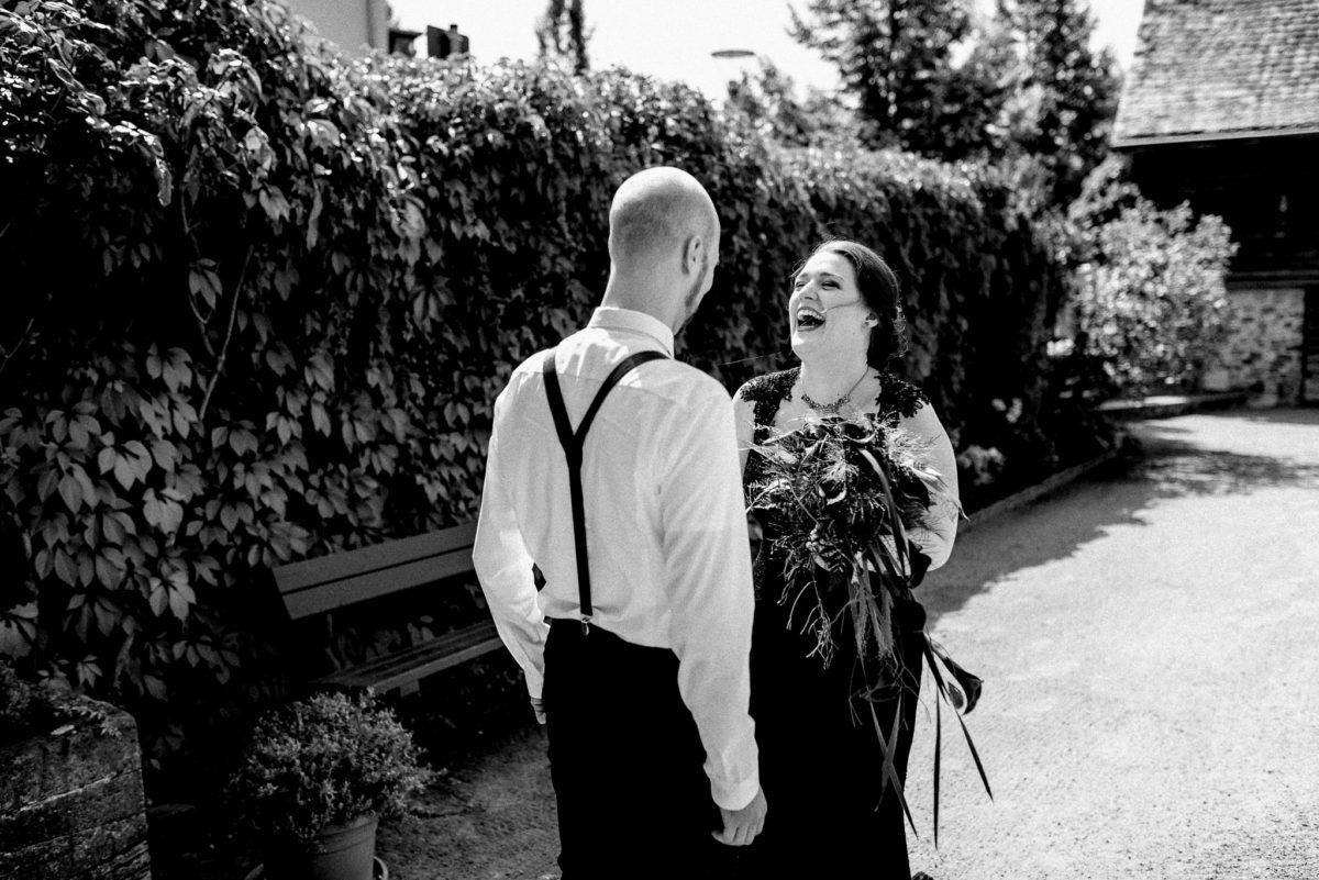 Hochzeit, Brautpaar, Lachen, Hosenträger, Brautstrauß