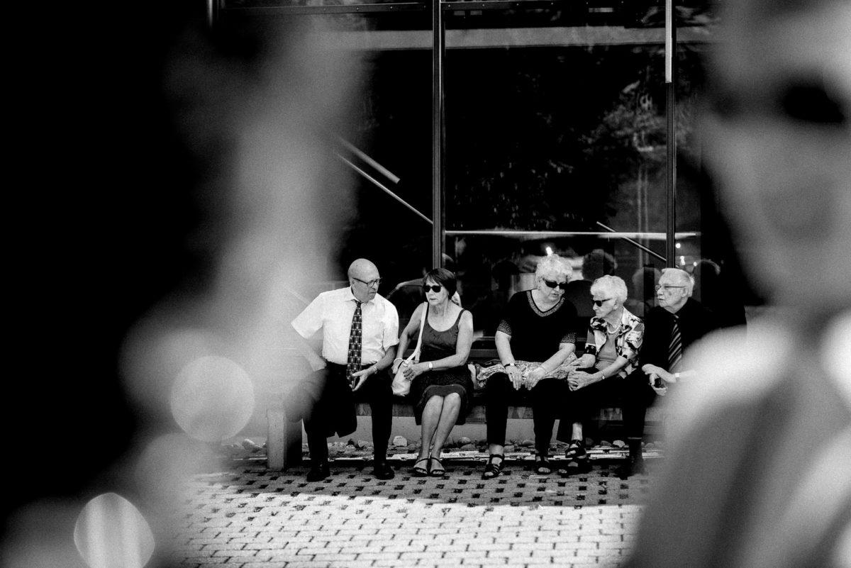 Gäste, schwarzweiß, Sonnenbrille, Krawatte, Gespräch, reden, sitzen, Bank