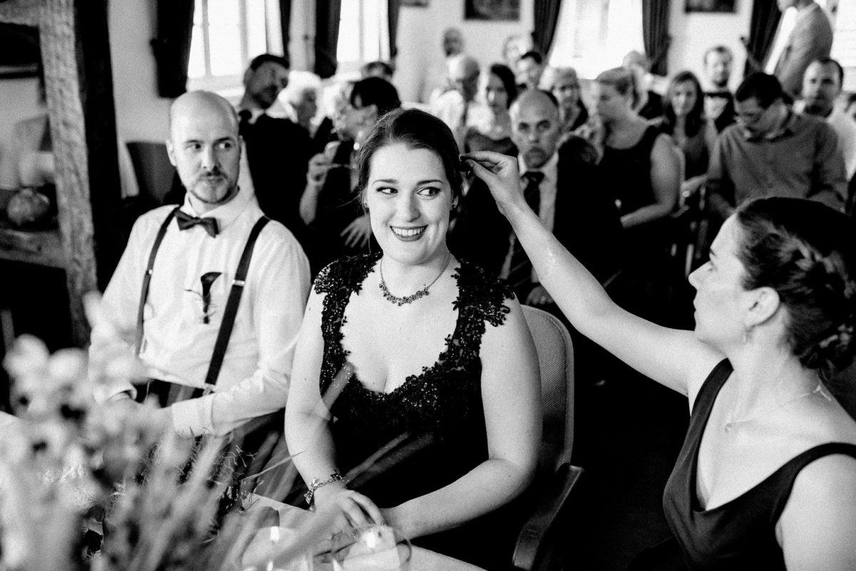 Brautpaar, Hochzeit, Trauzeugin, Gäste, Haare, Kette, Mann, Frau