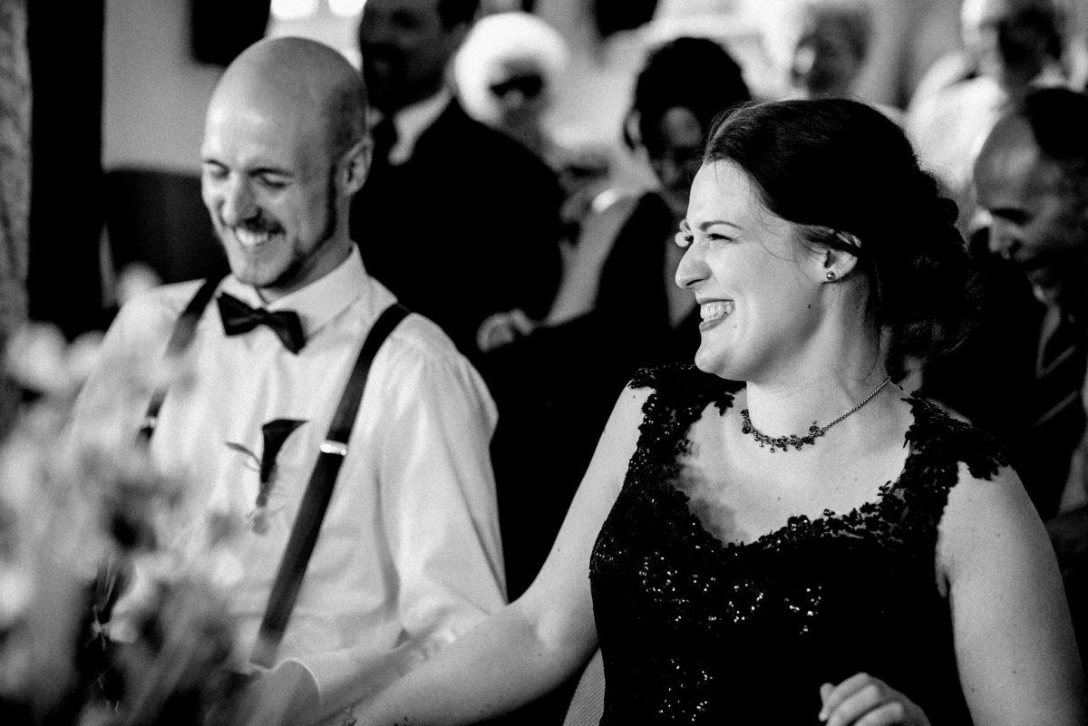 Hochzeit, Brautpaar, Mann, Frau, Hosenträger, schwarzes Brautkleid, Hosenträger
