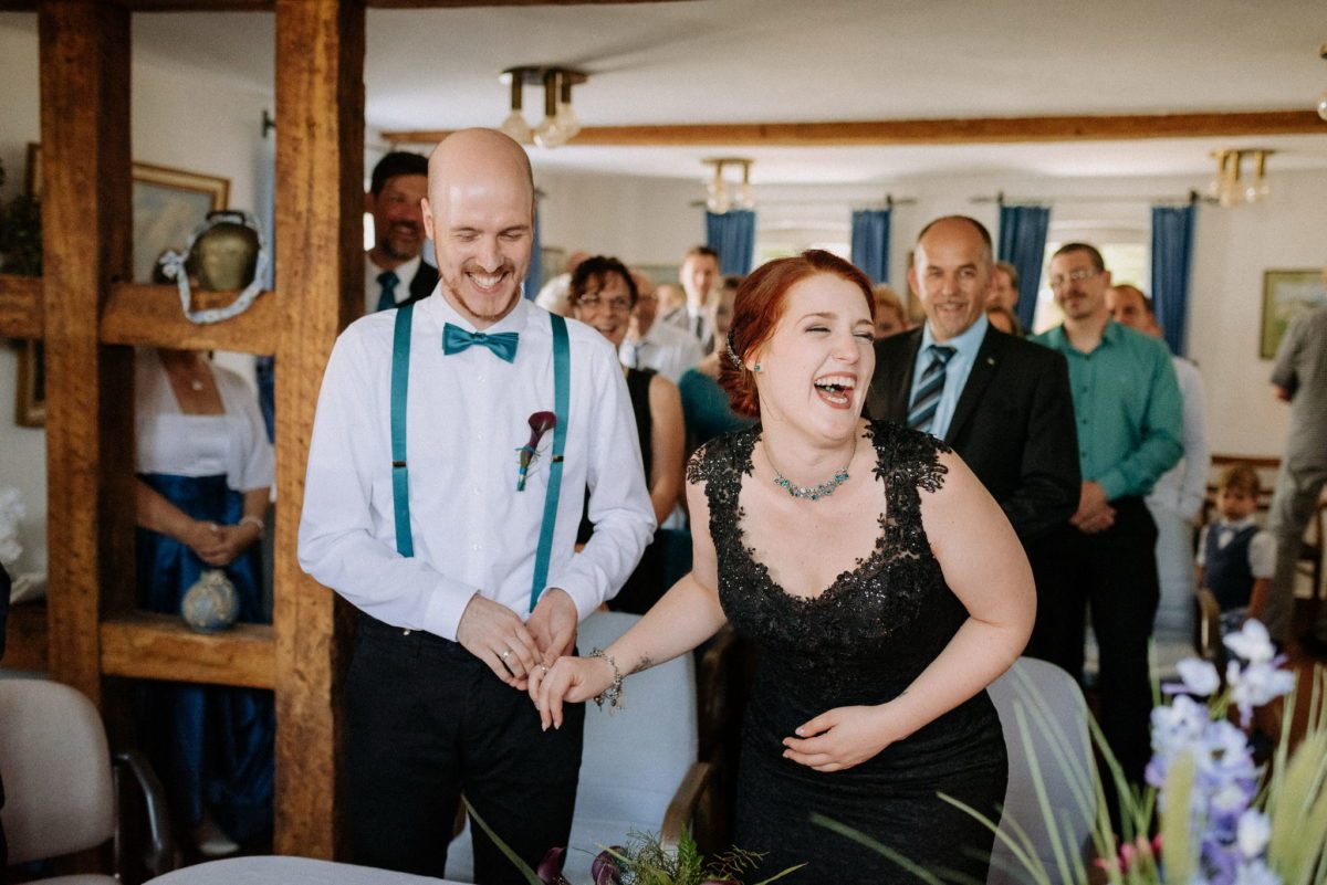 Brautpaar, verheiratet, Mann, Frau, Hochzeit, schwarzes Brautkleid, rote Haare, Lachen, Standesamt, Hofgut Hechler, Alsbach-Hähnlein