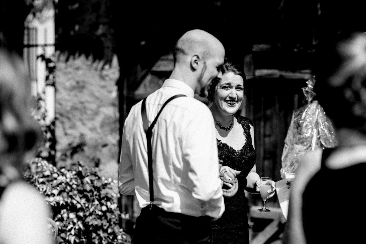 Hochzeit, Brautpaar, schwarzes Brautkleid, Drink, Sekt