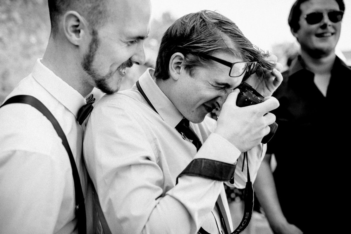 Bräutigam, Lachen, Kamera, Fotografieren, Hochzeitsfotografie