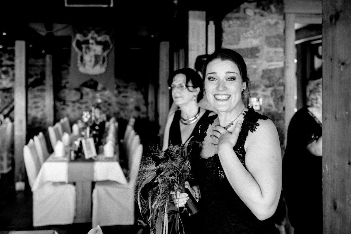 Braut, Harry Potter, Hochzeit, schwarzes Brautkleid, Gemäuer, Schloss Auerbach, Bensheim, Darmstadt, Hochzeitslocation