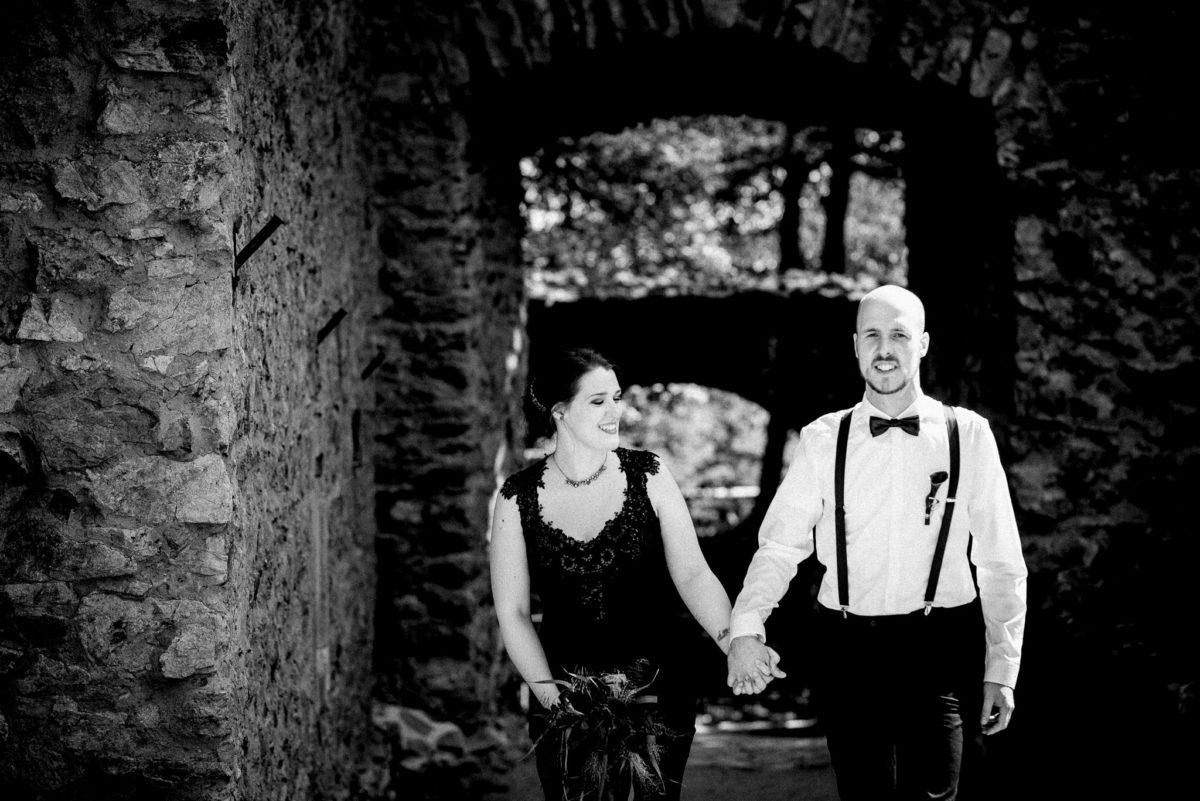 Brautpaar, Ehemann, Ehefrau, schwarzes Brautkleid, Hochzeit, Schloss Auerbach, Bensheim, Hochzeitslocation