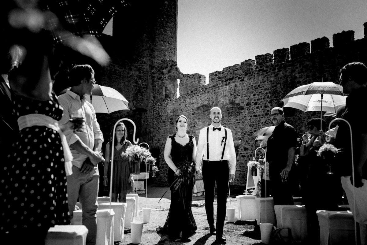 Mauer, Brautpaar, schwarzes Brautkleid, Harry Potter, Hochzeit, Hochzeitsfotografie