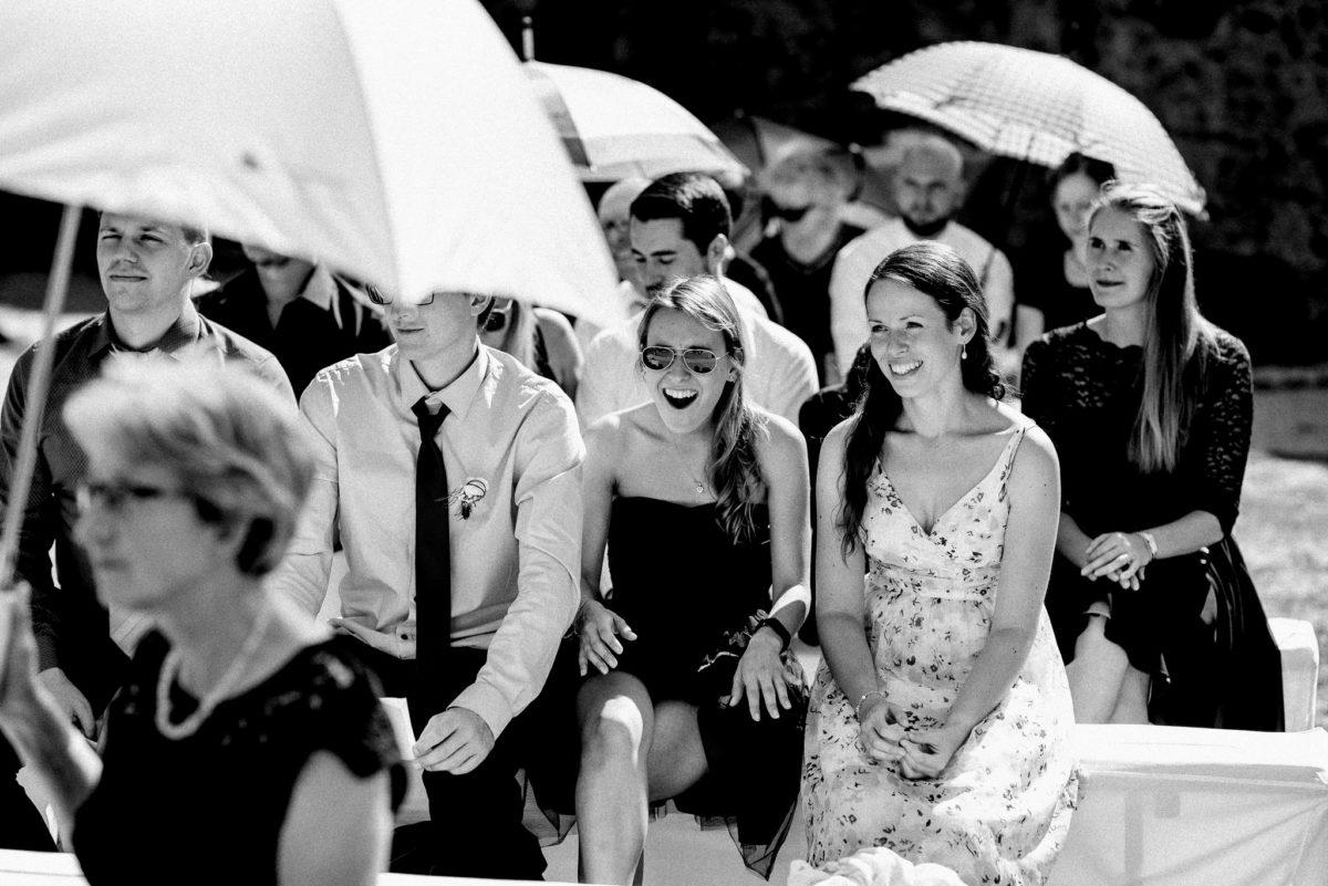 Gäste, Hochzeit, Sonnenschirme, Kleider, Frauen, Lachen