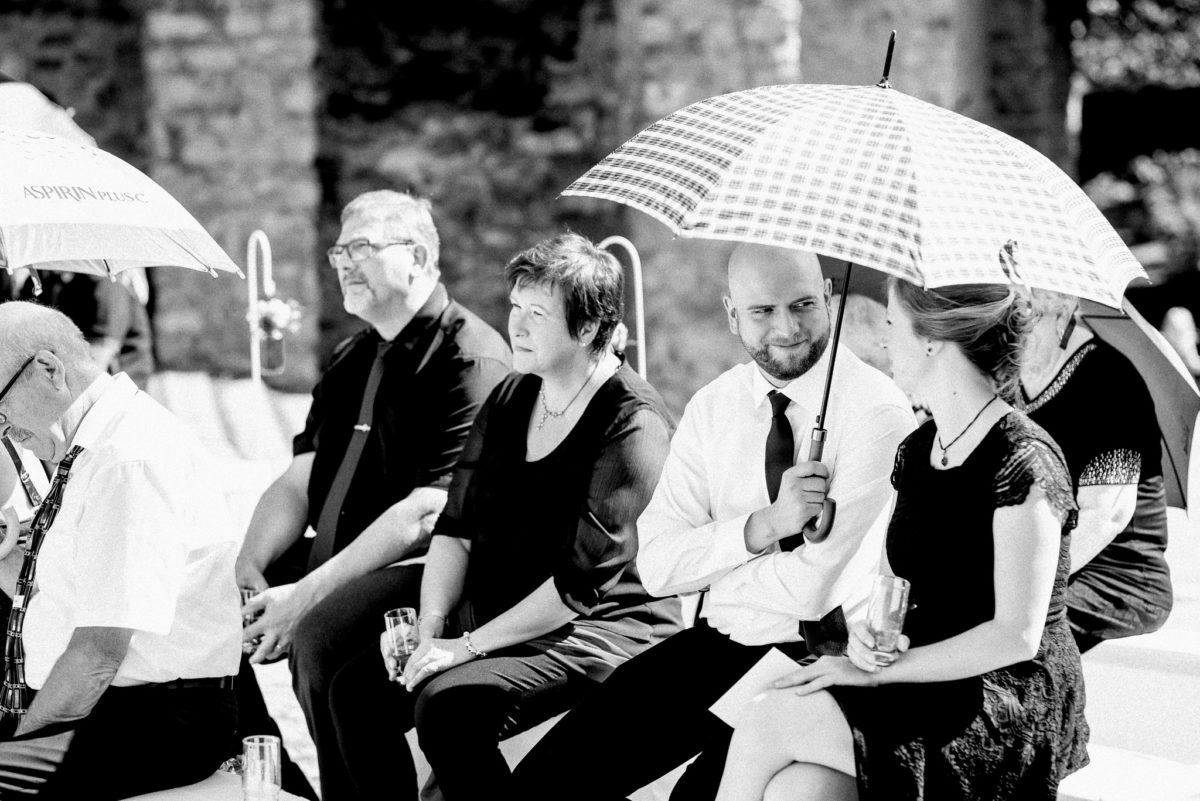 Sonnenschirm, Blick, Mann, Frau, schwarzweiß