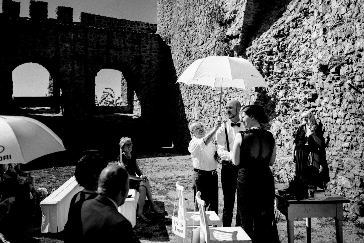 Sonne, Sonnenschirm, Gemäuder, Schloss Auerbach, Bensheim, Darmstadt, Hochzeitslocation, Feierlocation, schwarzes Brautkleid