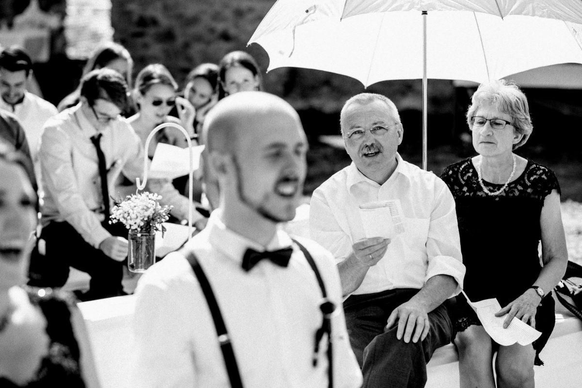 Bräutigam, Mann, Gäste, Sonnenschirm, Blumen, Schloss Auerbach, Bensheim, Hochzeitslocation