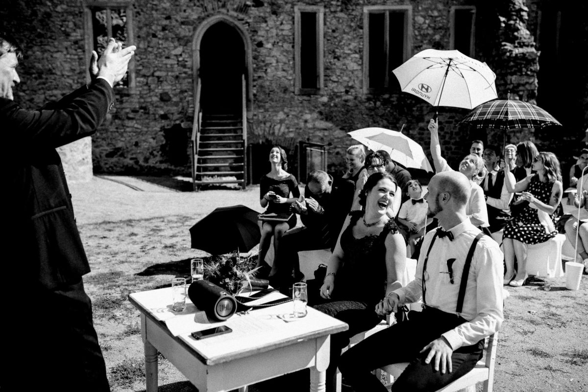 Hochzeit, Brautpaar, Sonnenschirme, Lachen, Gäste, Schloss Auerbach, Schlosshof