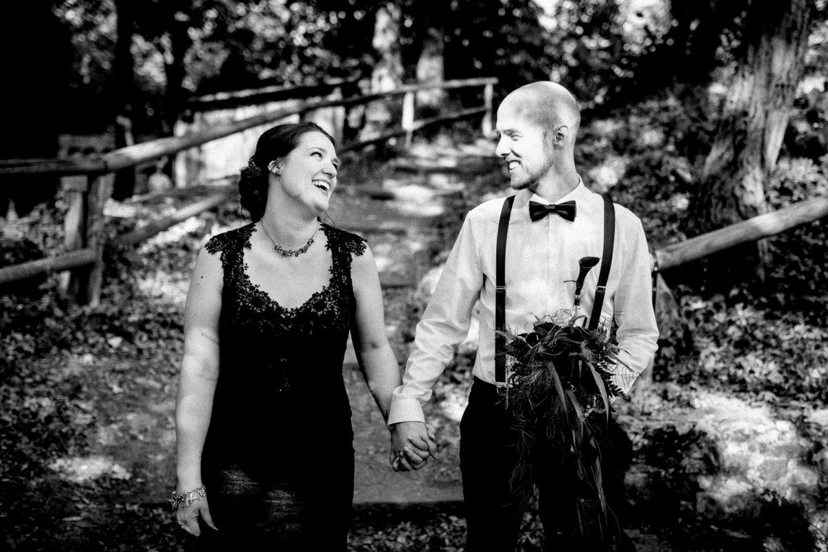 Ehepaar, Brautpaar, schwarzes Brautkleid, Lächeln, Freude, Brautstrauß