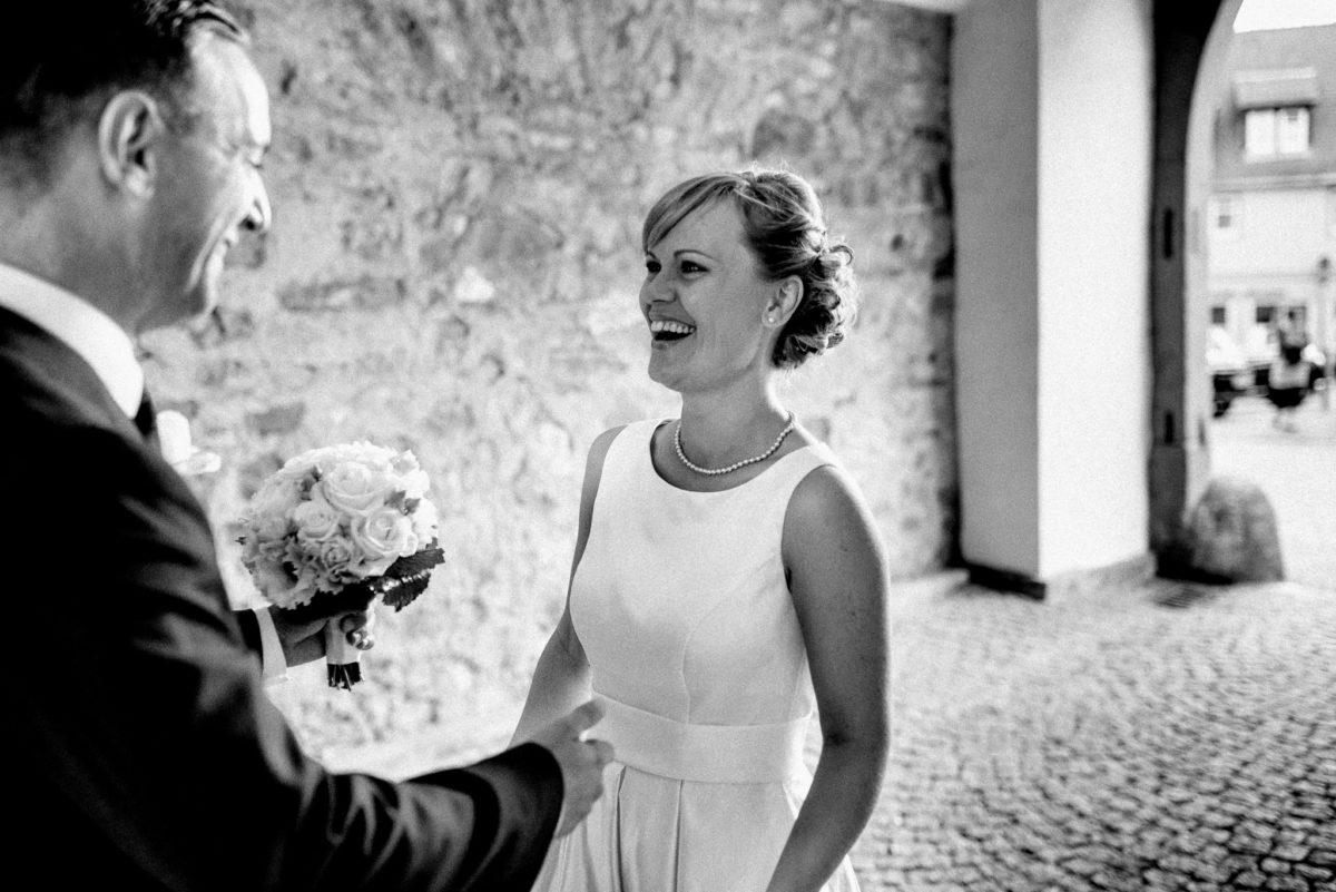 Brautpaar, Freude, Strahlen, lachen, Brautstrauß, Kopfsteinpflaster