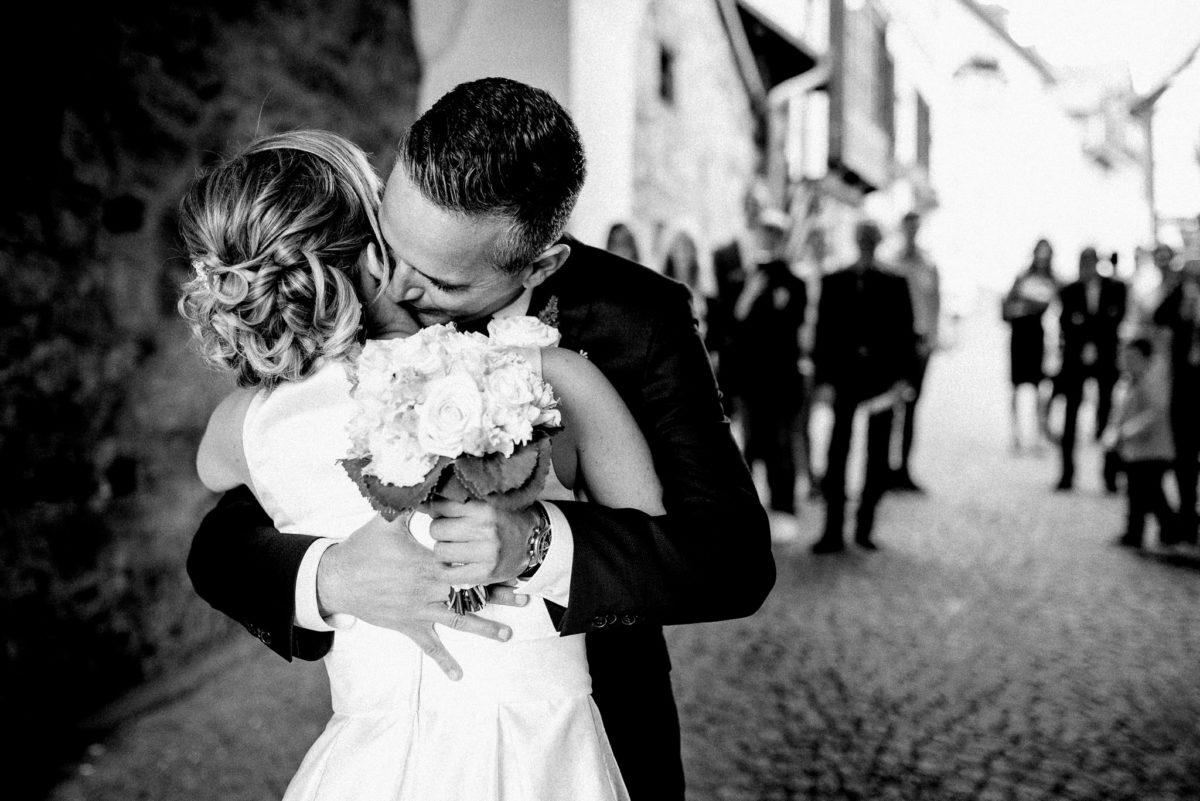 Brautpaar, Ehemann, Ehefrau, Brautstrauß, Umarmung