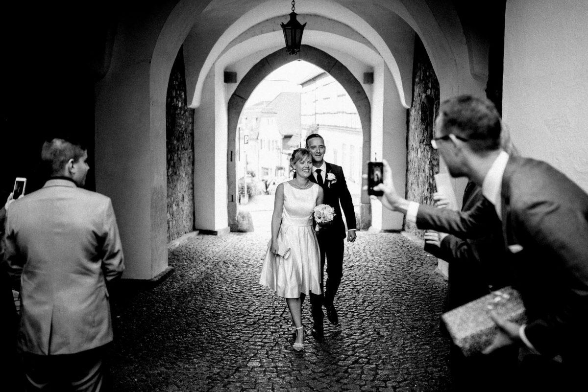 Handyfoto, Brautpaar, Frau, Mann, Blumen, Strauß, Torbogen