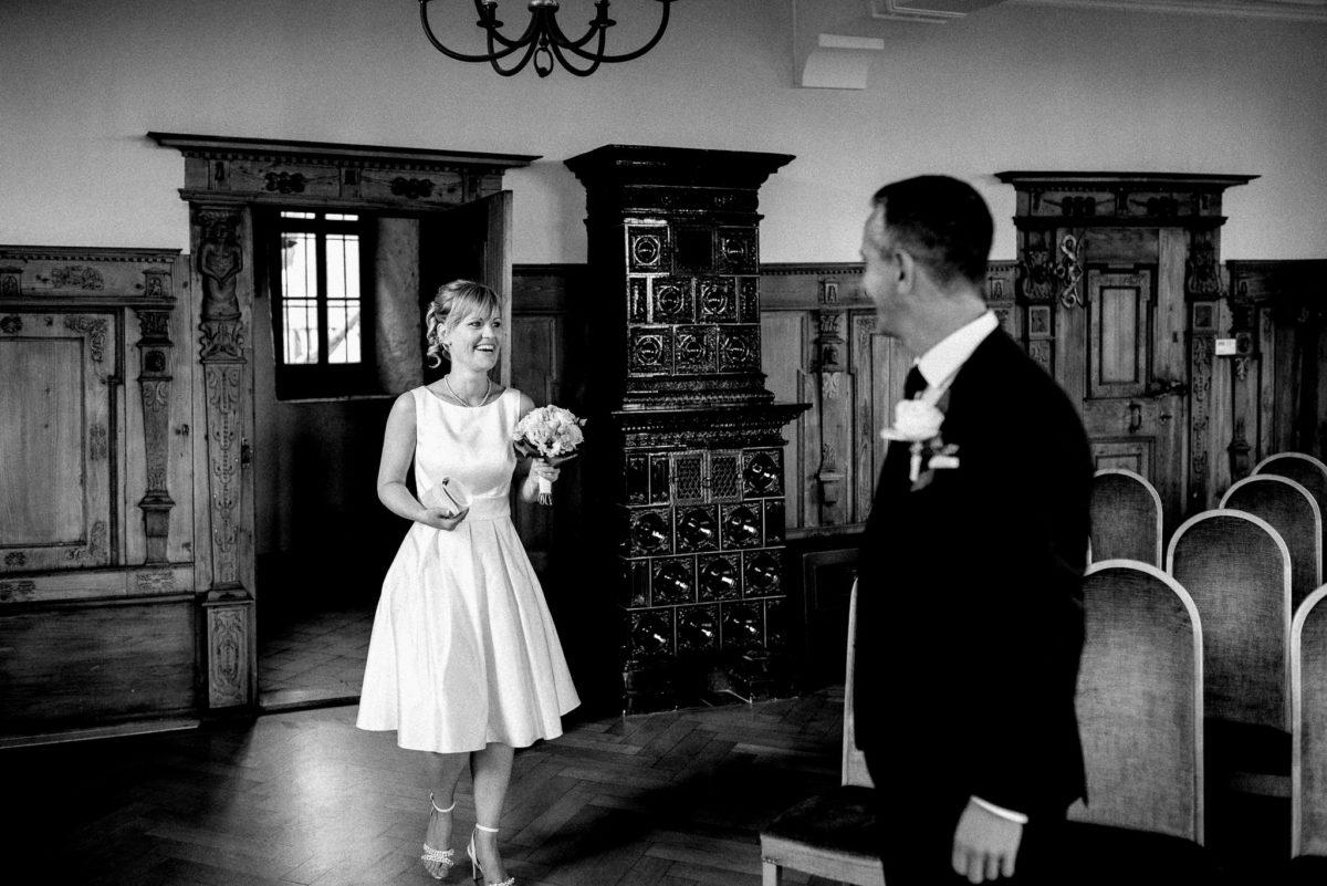 Hochzeitsfotografie, Brautpaar, Standesamt, Altes Rathaus Oberursel, Kachelofen
