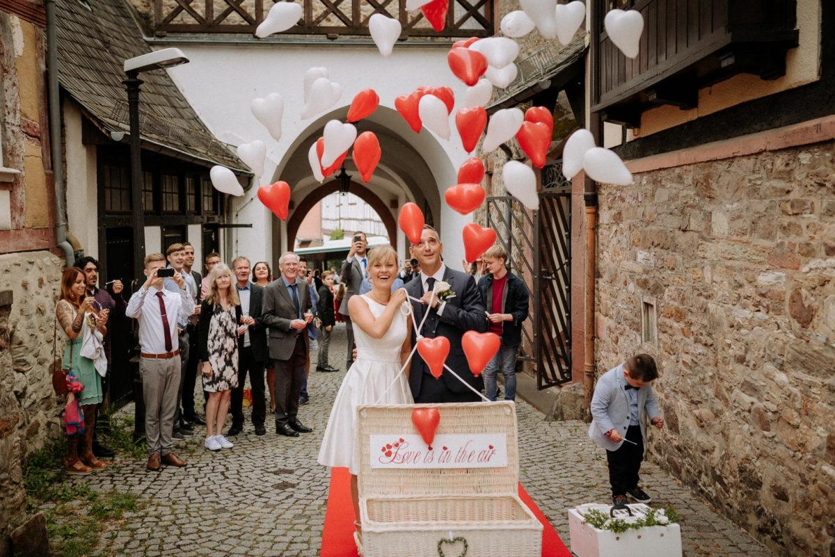 Herzballons, Kopfsteinpflaster, Ehepaar, Brautpaar, Hochzeit, heiraten, Altes Rathaus Oberursel, Standesamt