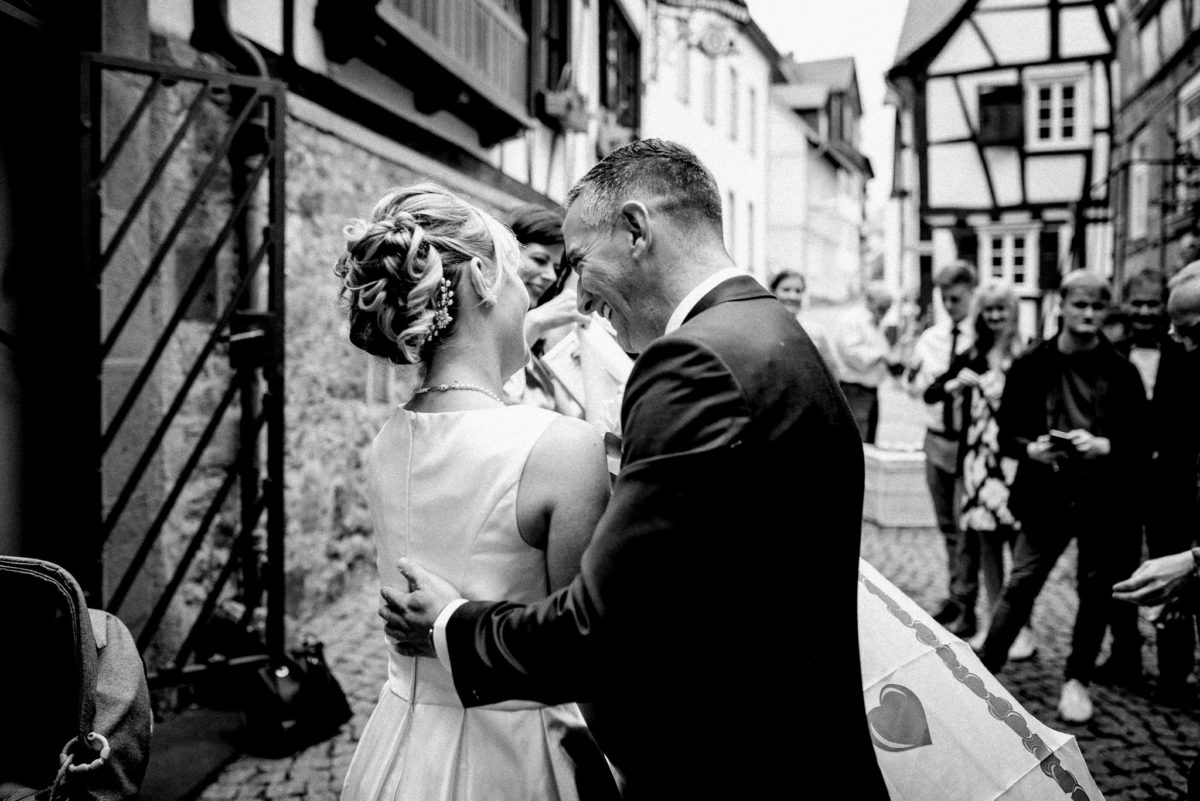 Brautpaar, Ehepaar, Hochzeitsfotografie, schwarzweiß, Fachwerkhaus, Kopfsteinpflaster