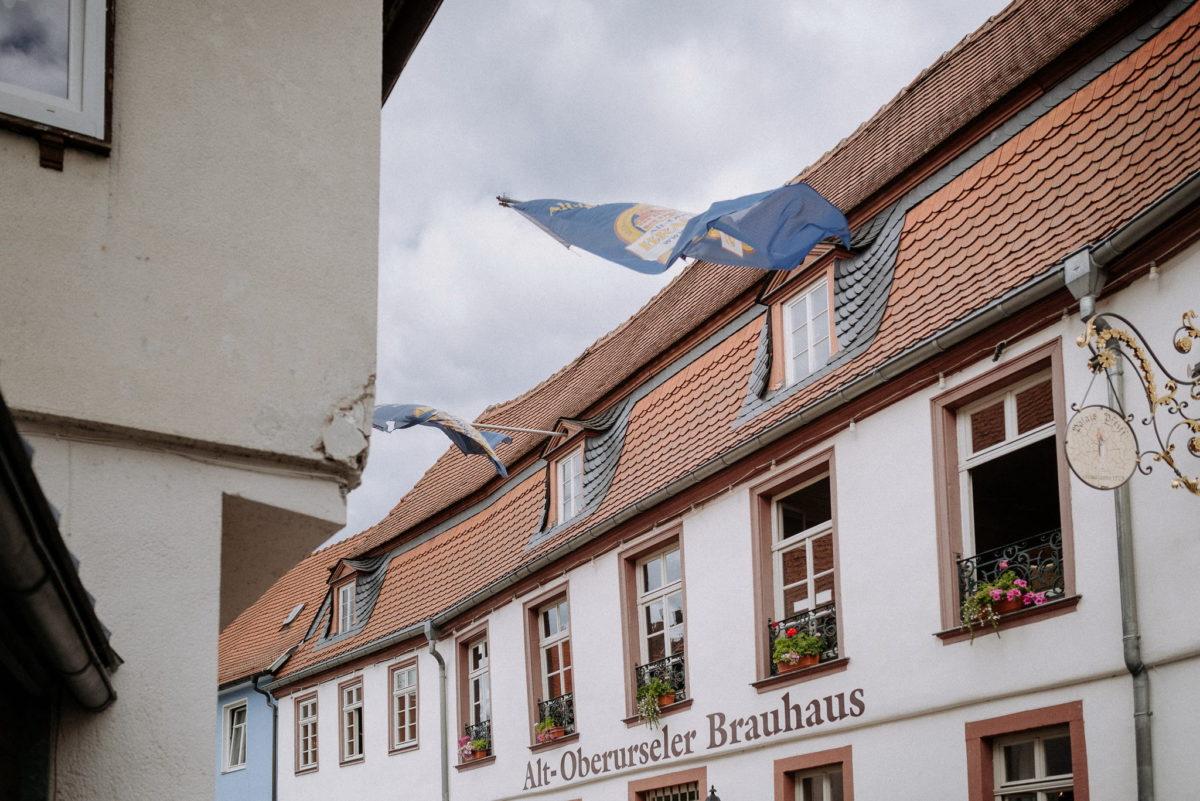 Brauhaus Oberursel, Fahnen, Hochzeitsfotografie, heirten