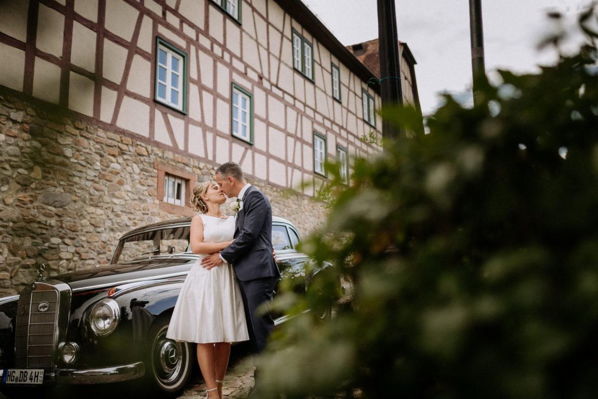 Kuss, Brautpaar, heiraten, Hochzeitsfotografie, Mercedes Benz, Oldtimer, Fachwerkhaus, Oberursel
