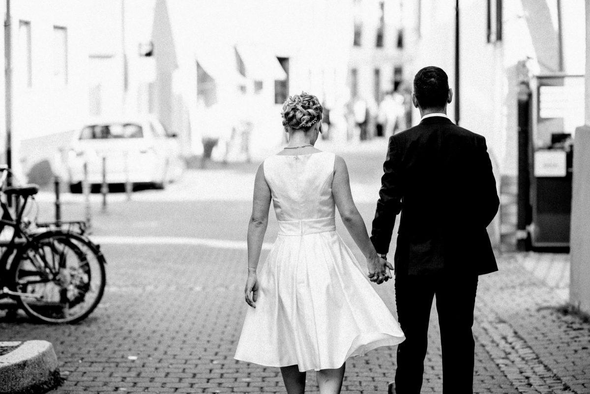 Hand-in-Hand, Brautpaar, heiraten, Hochzeitsfotografie, schwarzweiß