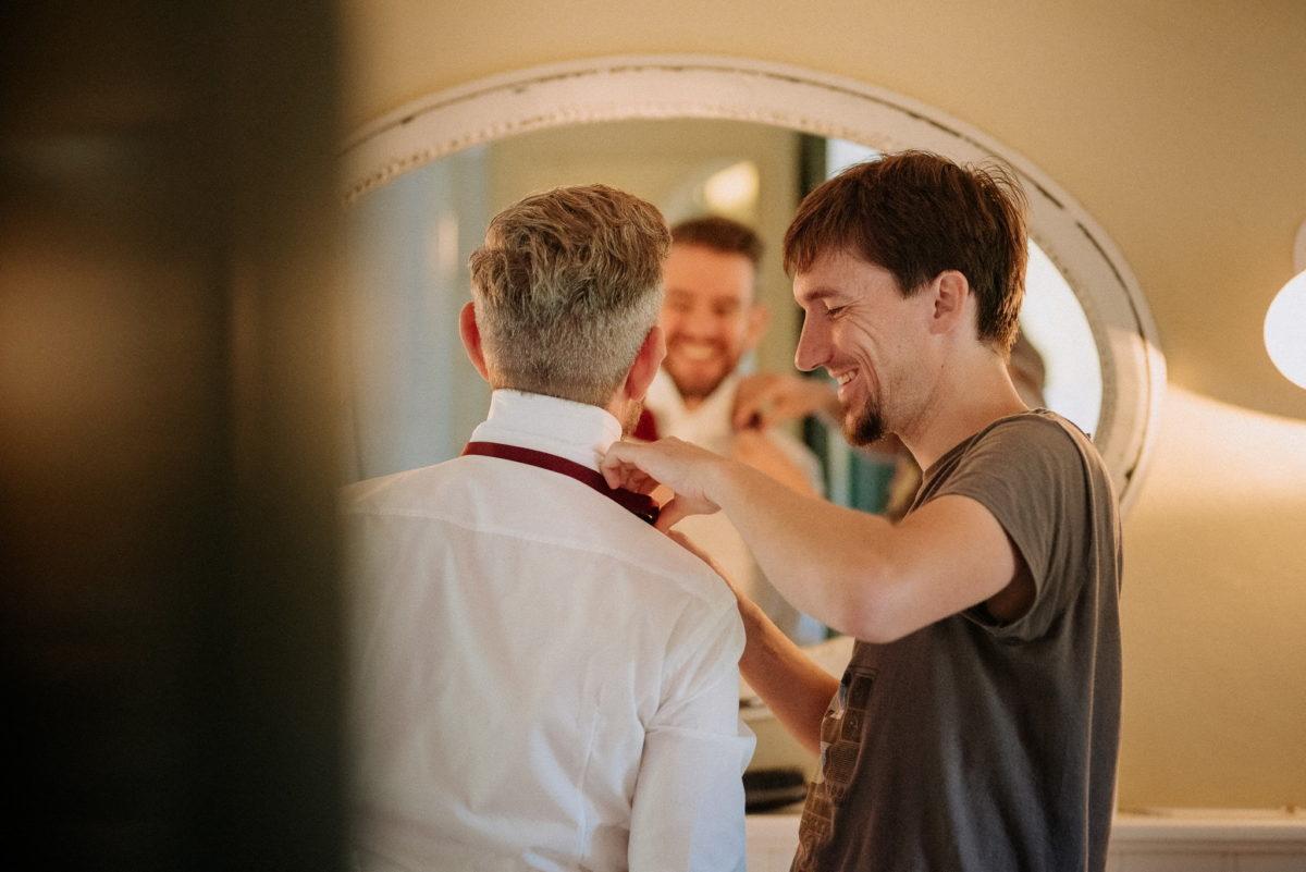 lachender Bräutigam, Getting Ready, echte Hochzeitsreportage