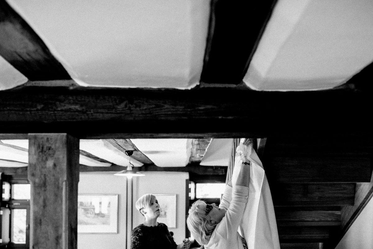 Brautmutter, Hochzeitskleid, Bridal Dress, Getting Ready, Vorfreude, Aufgeregt, Hofgut von Hünersdorff, Hochzeitslocation, Feierlocation, Hochzeitsfotografie, Wörth Main, Bayern, Unterfranken