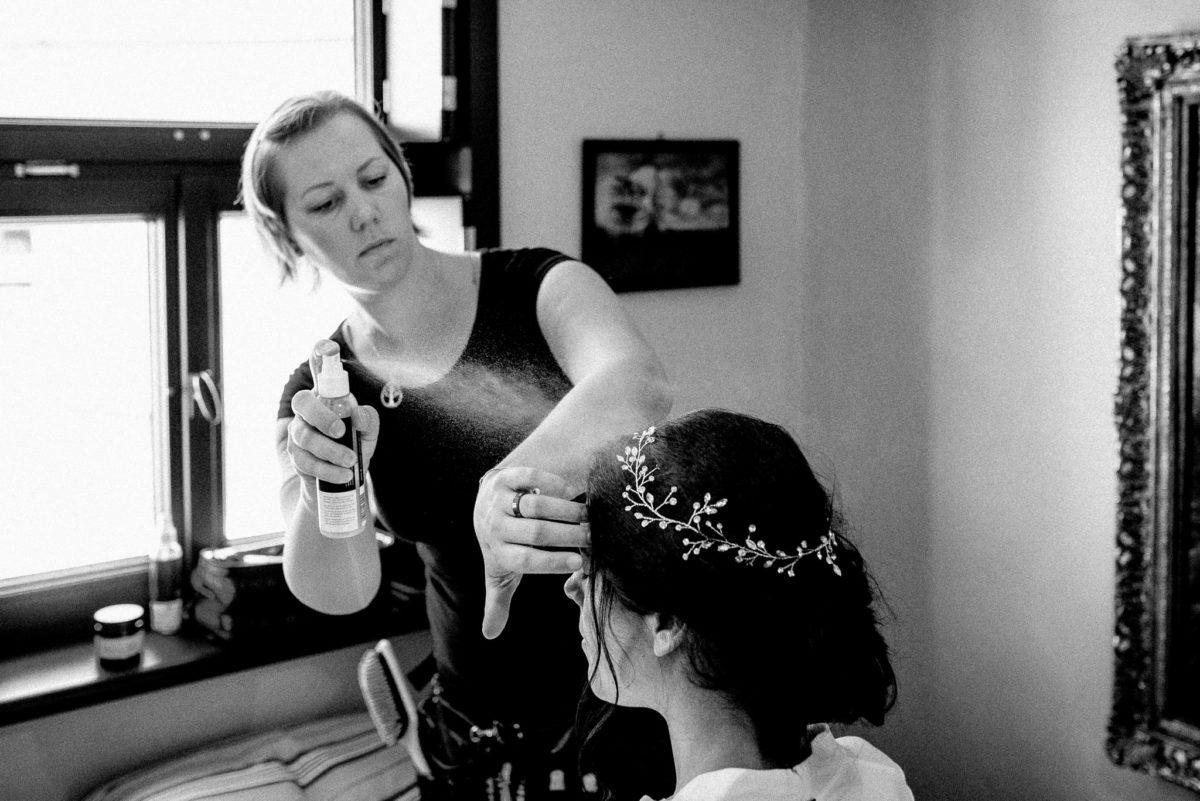 Christine Raab, Haarspray, Hochzeitsfotos, Getting Ready, Brautstyling, Haarschmuck, Reportage, Schwarz-Weiß