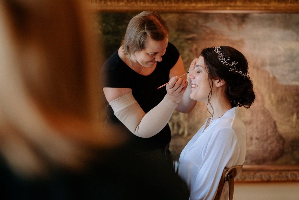 Brautstyling, lächelnde Braut, Christine Raab, Organic Make-Up, Hochzeitsfotograf