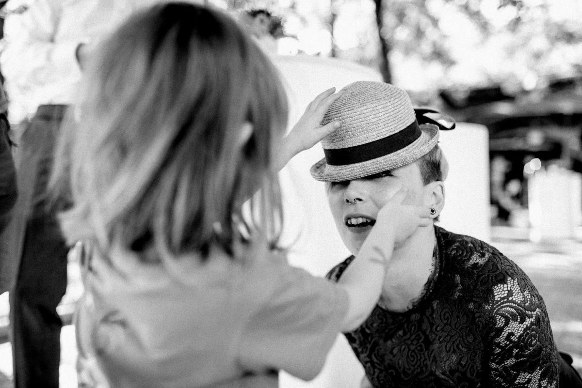 Hochzeitsfotografie, Hochzeitsfotograf Aschaffenburg, Hut, Mädchen, Vorbereitung