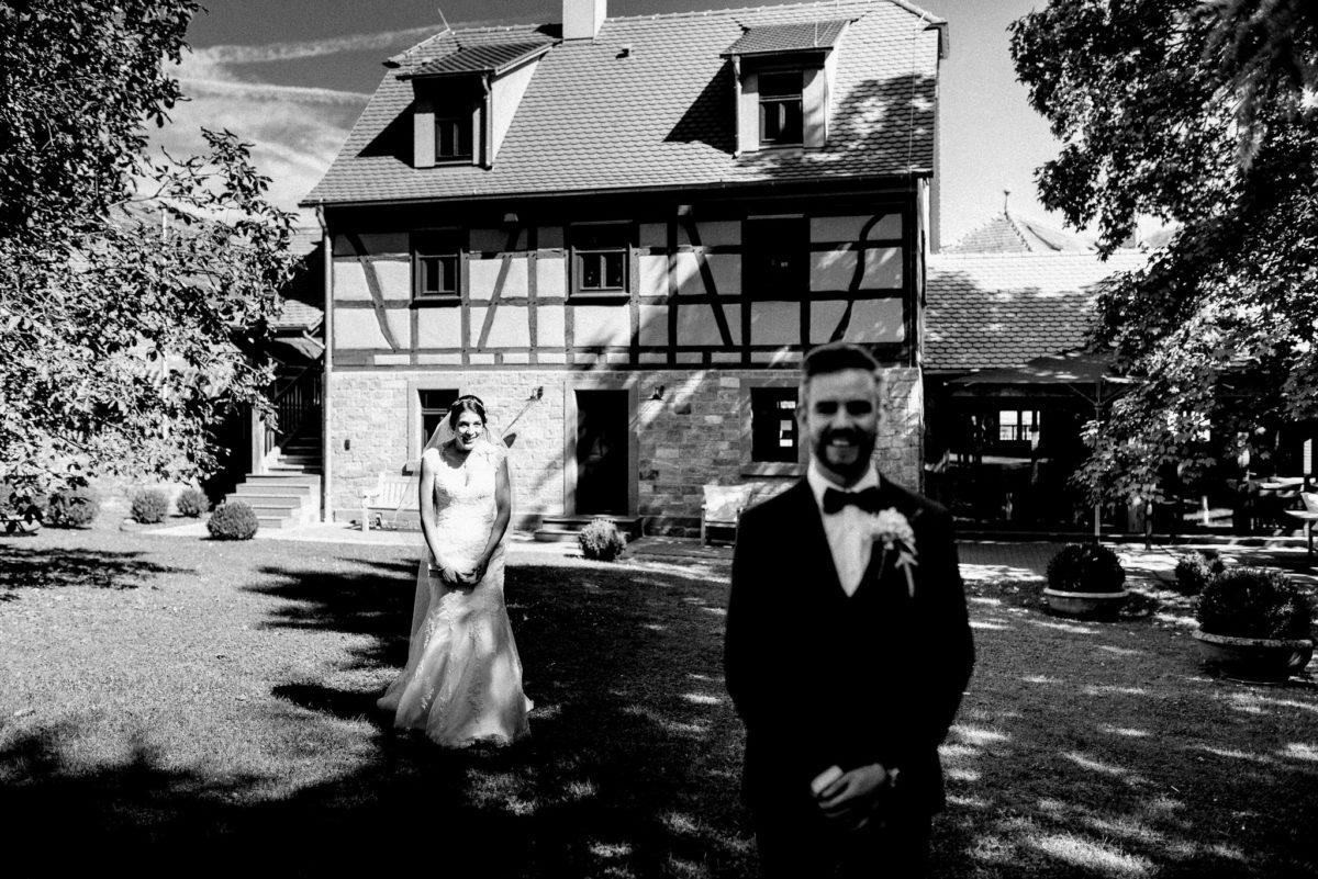 Braut, First Look, Aufgeregt, authentische Hochzeitsfotografie, Hofgut Hünersdorff, Wörth Main