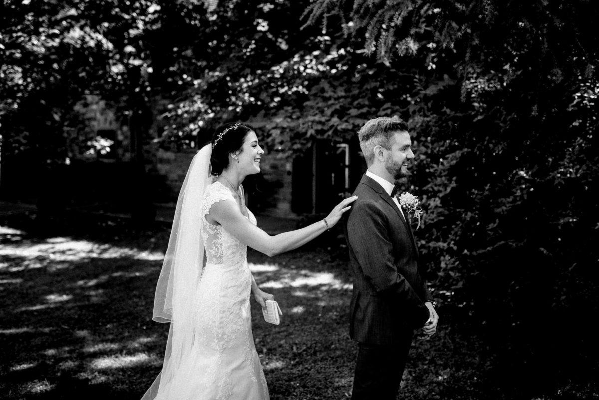 Braut Bräutigam, First Look, Aufgeregt, echte Hochzeitsfotografie, Hofgut Hünersdorff, Wörth Main