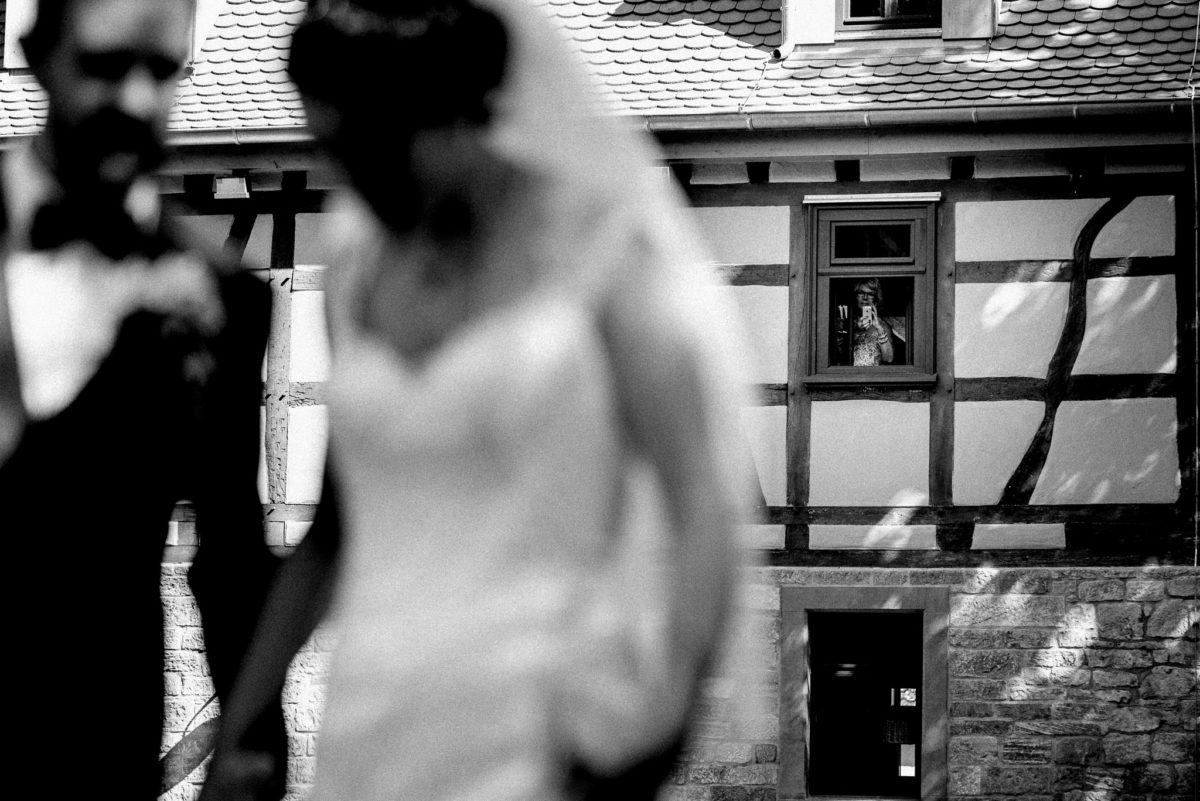 Brautmutter, beobachtet Brautpaar, First Look, Hochzeitsfotografie, Hochzeitsreportage