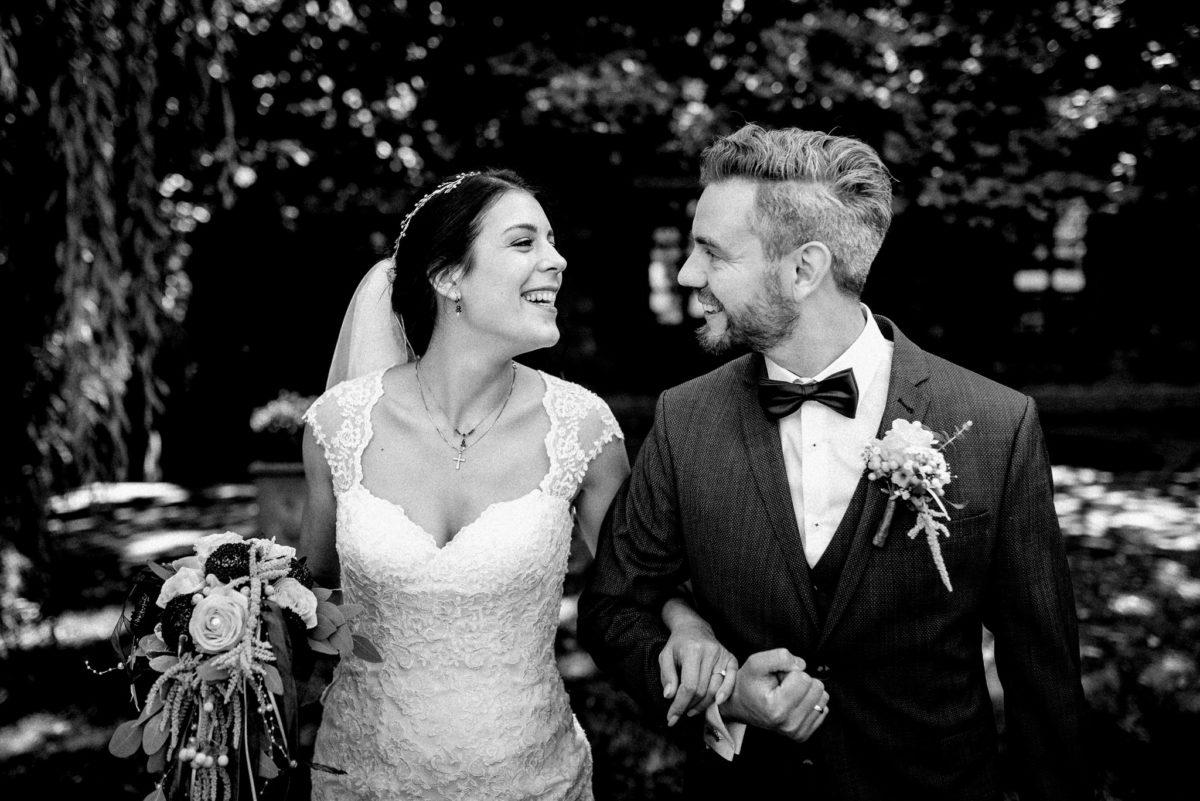 Authentische Hochzeitsfotos, ungestelltes Paar, echtes Lachen, Hochzeitbilder, Aschaffenburg, Wörth Main