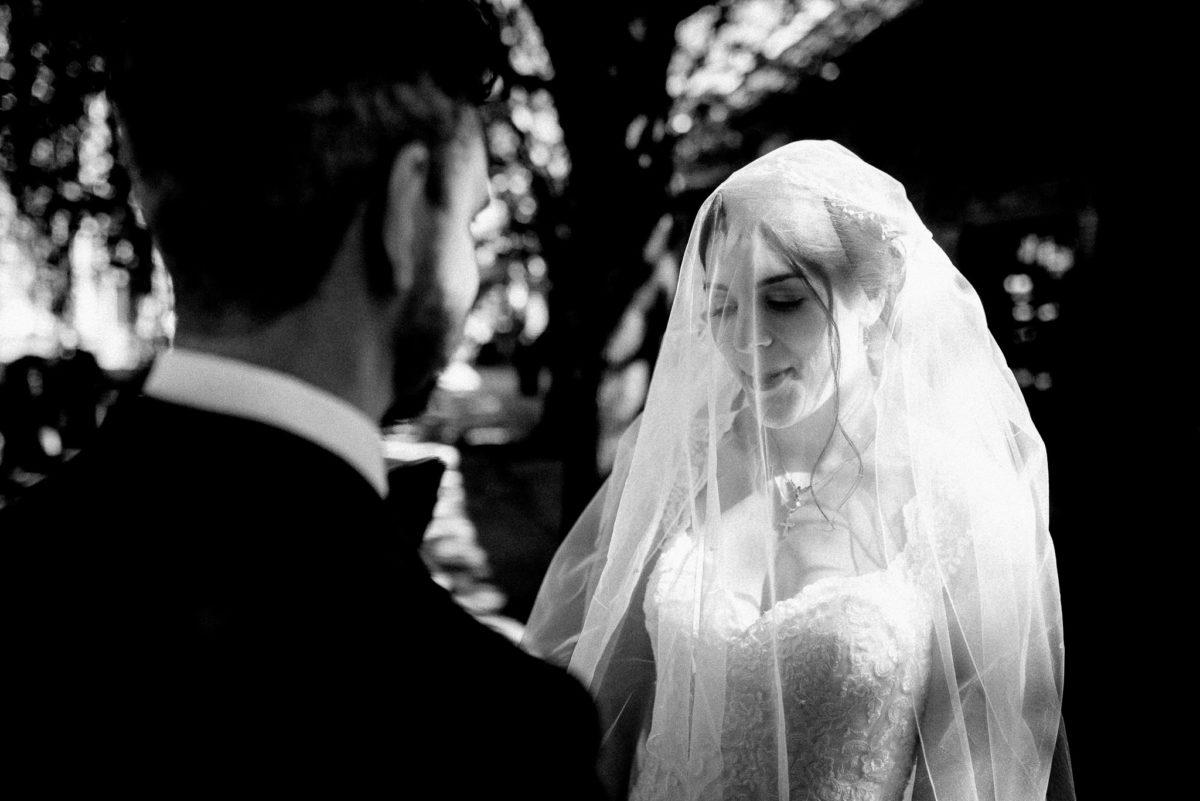 Hochzeitspaar, Brautpaar, Hochzeitsfotos, kontrastreich Schwarz-Weiß, Schleier, Hofgut Hünersdorff