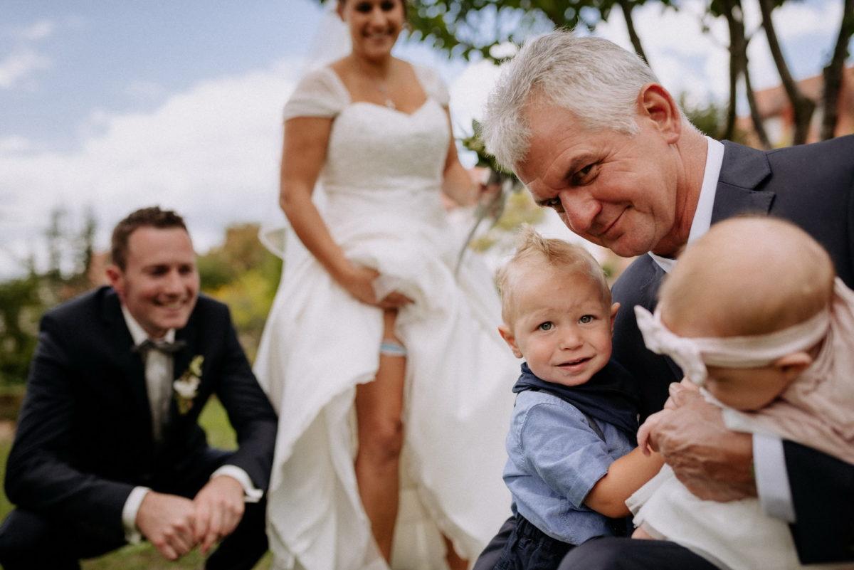 heiraten, Hochzeitsfotografie, Brautpaar, Brautkleid, Kinder, Strumpfband, Opa