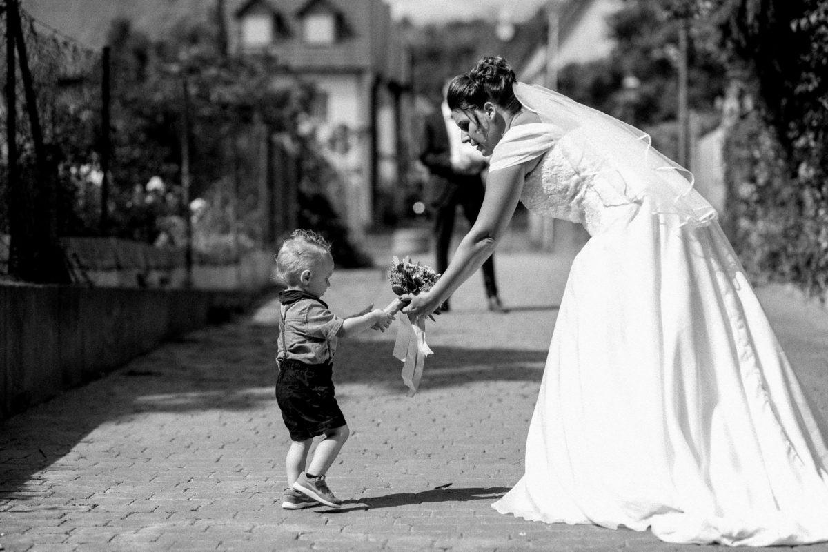 heiraten, Hochzeitsfotografie, Braut, Brautkleid, Kind, Brautstrauß