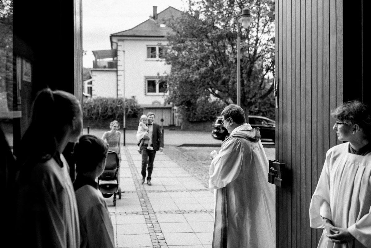 Kirche, Wörth, Hochzeitsfotografie, Pfarrer, Ministranten