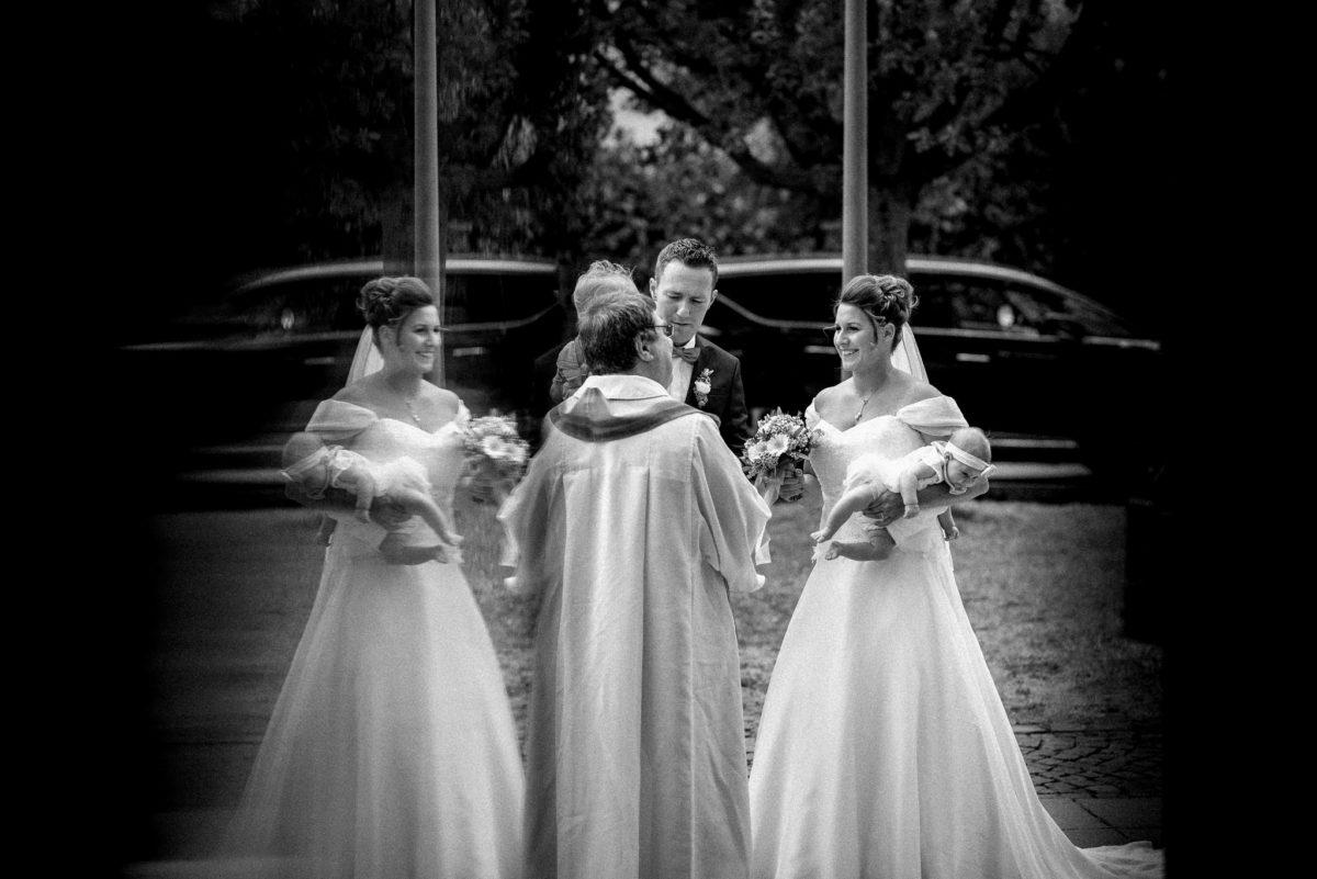 heiraten, Hochzeitsfotografie, schwarzweiß, Brautpaar, Brautstrauß, Baby
