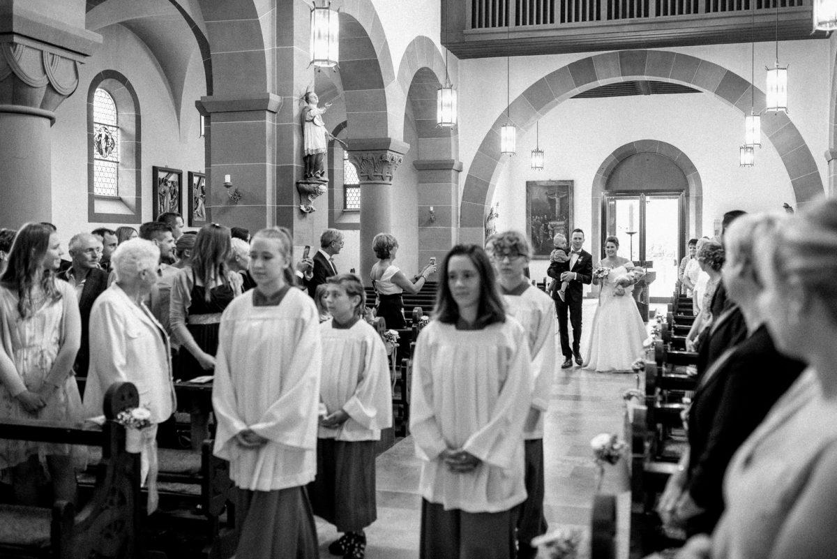 Kirche Wörth, heiraten, Hochzeitsfotografie, Ministranten, Brautpaar