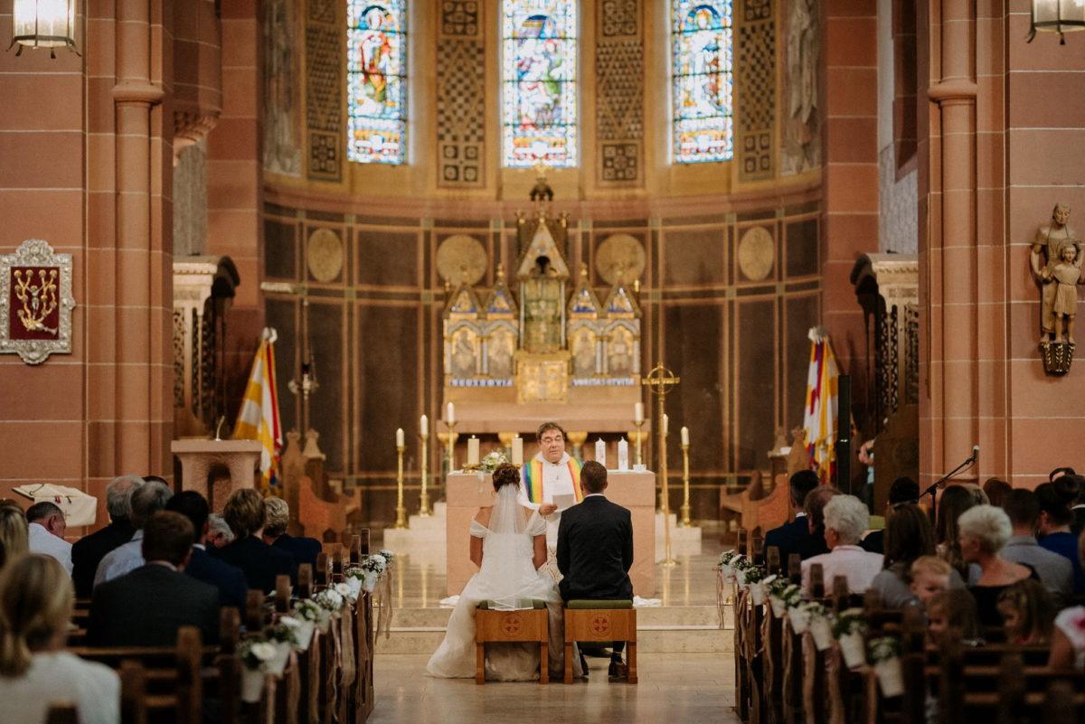 Kirche Wörth, Hochzeitsfotografie, Trauunung, heiraten, Brautpaar, Pfarrer, Kirchenschiff