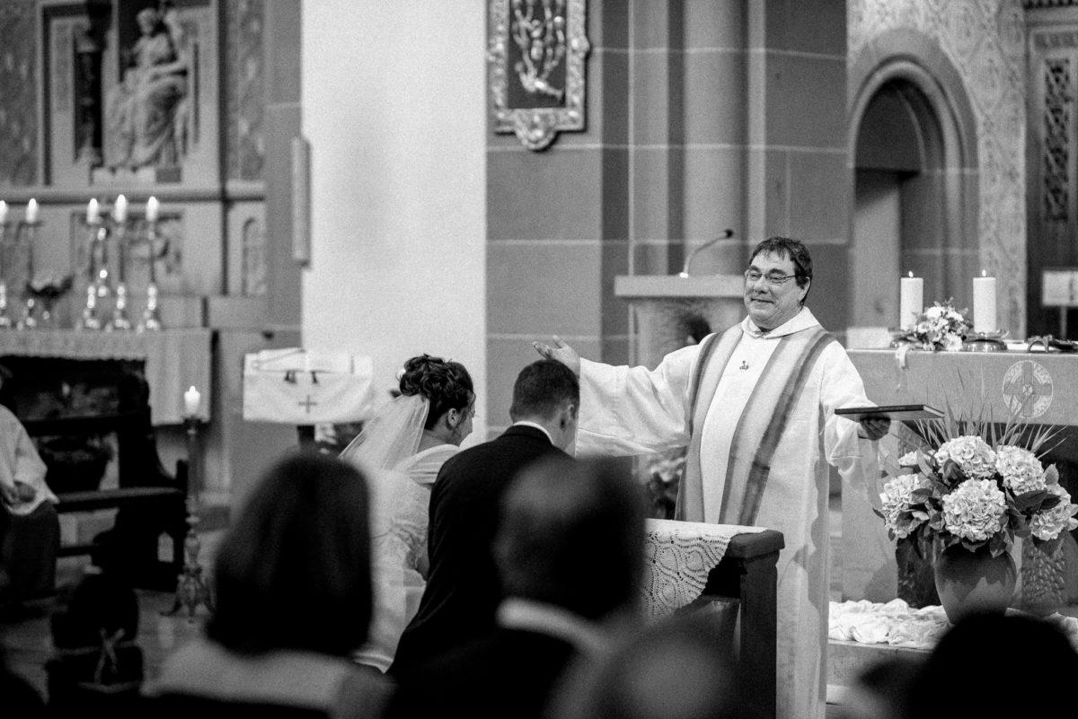 heiraten, Hochzeitsfotografie, Pfarrer, Brautpaar, Kirche, Wörth