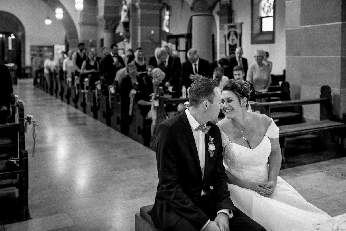 heiraten, Brautpaar, Kuss, Kirche Wörth, Kirchenschiff