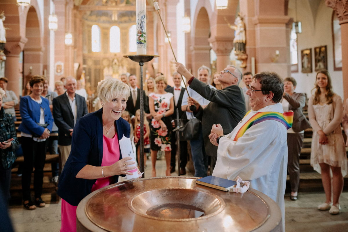 Taufbecken, Taufe, Kirche Wörth, Pfarrer, Regenbogen, Kerze