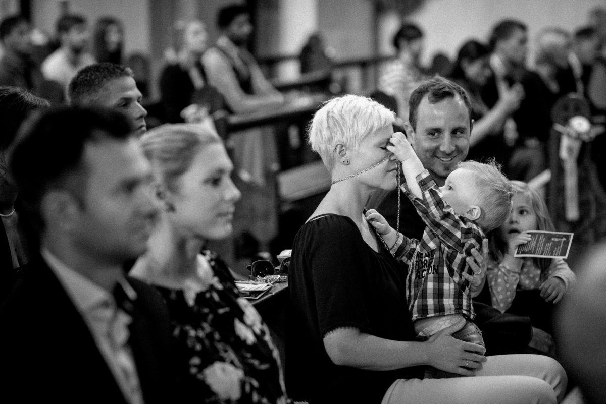 Taufe, Gäste, Kind, Kette, Hochzeitsfotografie