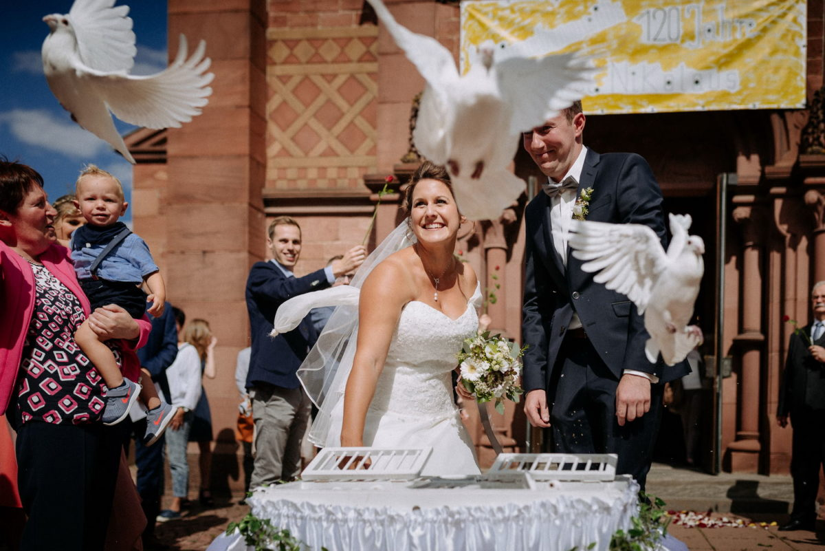 heiraten, weiße Tauben, Brautpaar, Hochzeitsfotografie