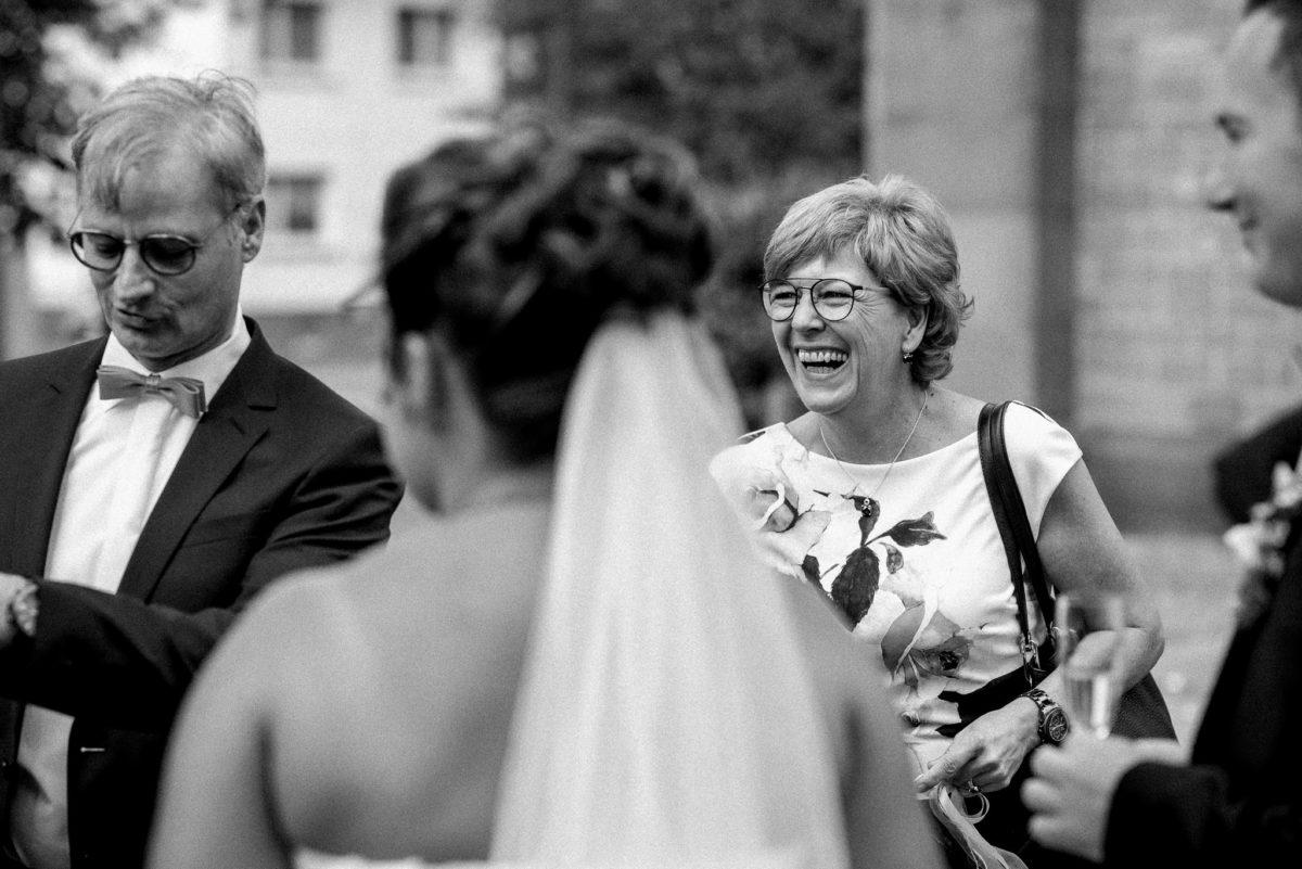 Hochzeitsfotografie, Gäste, Lachen, Strahlen, Braut, Schleier