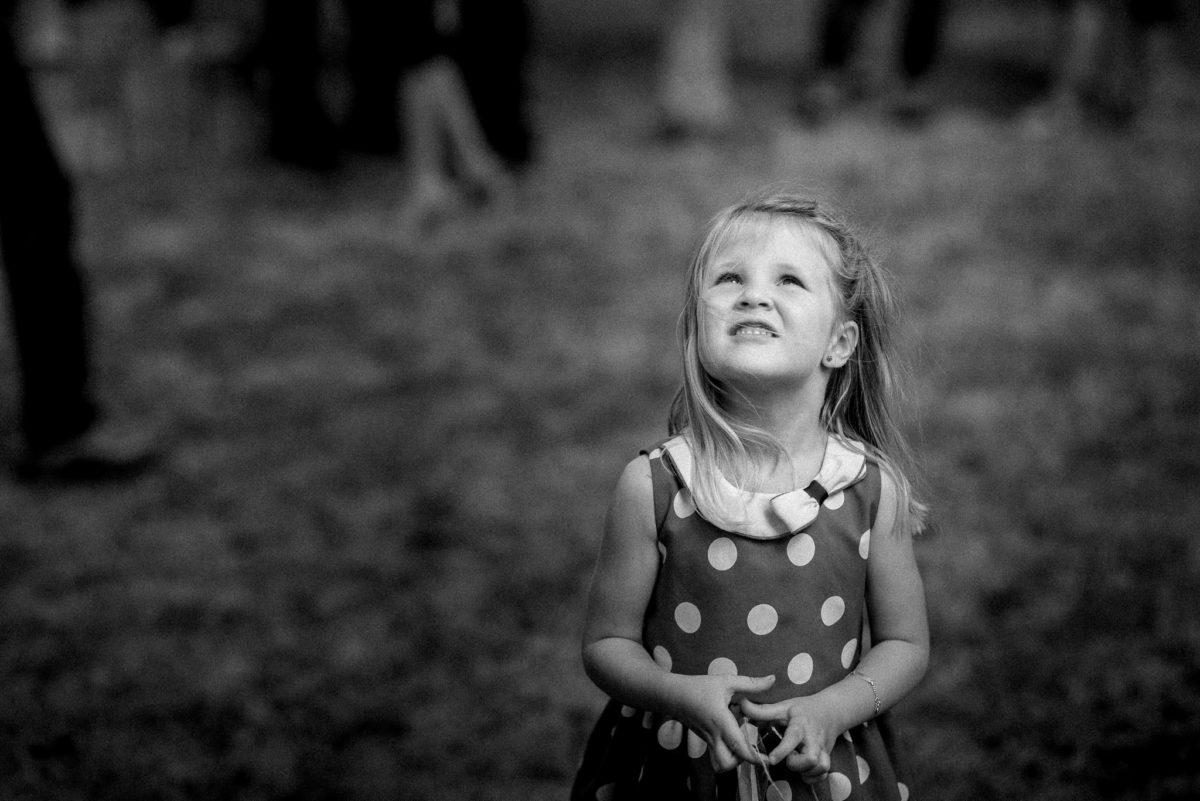 Hochzeitsfotografie, heiraten, schwarzweiß, Kind, Mädchen, Punkte, Kleid
